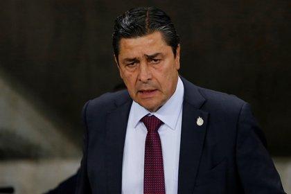 En la imagen, el entrenador de Chivas, Luis Fernando Tena. EFE/Francisco Guasco/Archivo