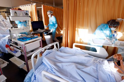 Los investigadores también encontraron que los pacientes con coronavirus con niveles más bajos de vitamina D tenían más probabilidades de tener hipertensión y enfermedades cardíacas, marcadores elevados de inflamación y estadías hospitalarias más prolongadas (REUTERS)