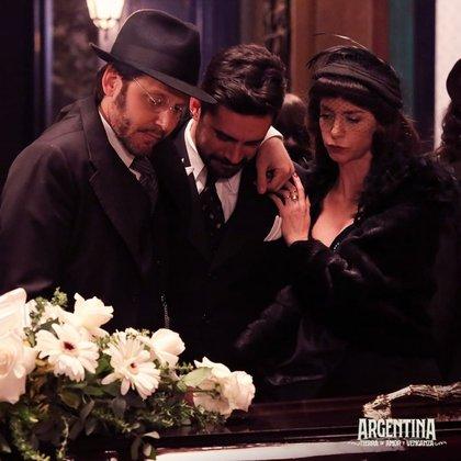 Torcuato (Benjamín Vicuña) y Alicia (Mercedes Funes) consolando a Aldo (Heredia) en el funeral de Serafina (Julia Calvo) (Foto: Instagram @argentinaeltrece)