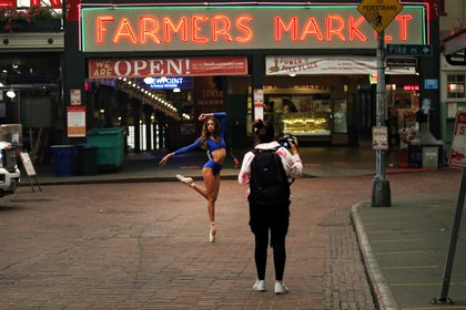 Pike Place Market, el mercado donde se puede comprar desde quesos hasta la pesca del día (Reuters)