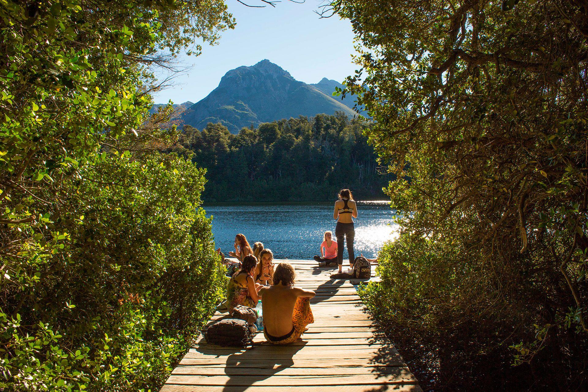 Bariloche ofrece mucho en todo momento. Navegar hacia la Isla Victoria y adentrarse en el único bosque de arrayanes del mundo es una experiencia para amar (Shutterstock)