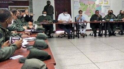 Nicolasito rodeado de altos mandos militares