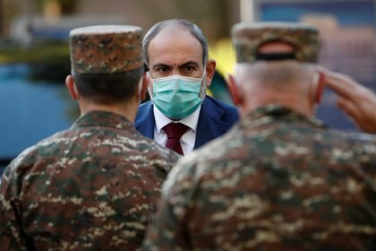 El Primer Ministro de Armenia, Nikol Pashinyan, visita el Hospital Clínico Militar Central, donde se atiende a los militares heridos durante el conflicto  por la regiónde Nagorno-Karabaj (Reuters)