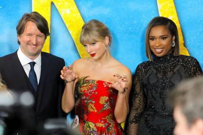 """El director Tom Hooper, la cantante Taylor Swift y la actriz Jennifer Hudson llegan al estreno mundial de la película """"Cats"""" en Manhattan, Nueva York. 16 de diciembre de 2019. REUTERS/Andrew Kelly"""