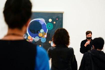 Los visitantes miran pinturas del artista ruso Vasily Kandinsky en el Museo Guggenheim, Bilbao  (REUTERS / Vincent West)