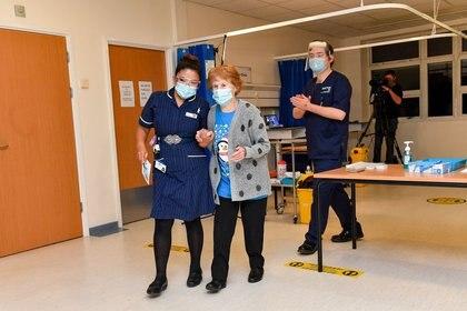 Margaret Keenan, de 90 años, es la primera paciente en Reino Unido en recibir la vacuna contra la COVID-19 de Pfizer/BioNtech en el Hospital Universitario en Coventry, Reino Unido, el 8 de diciembre de 2020.  Jacob King/Poll via REUTERS