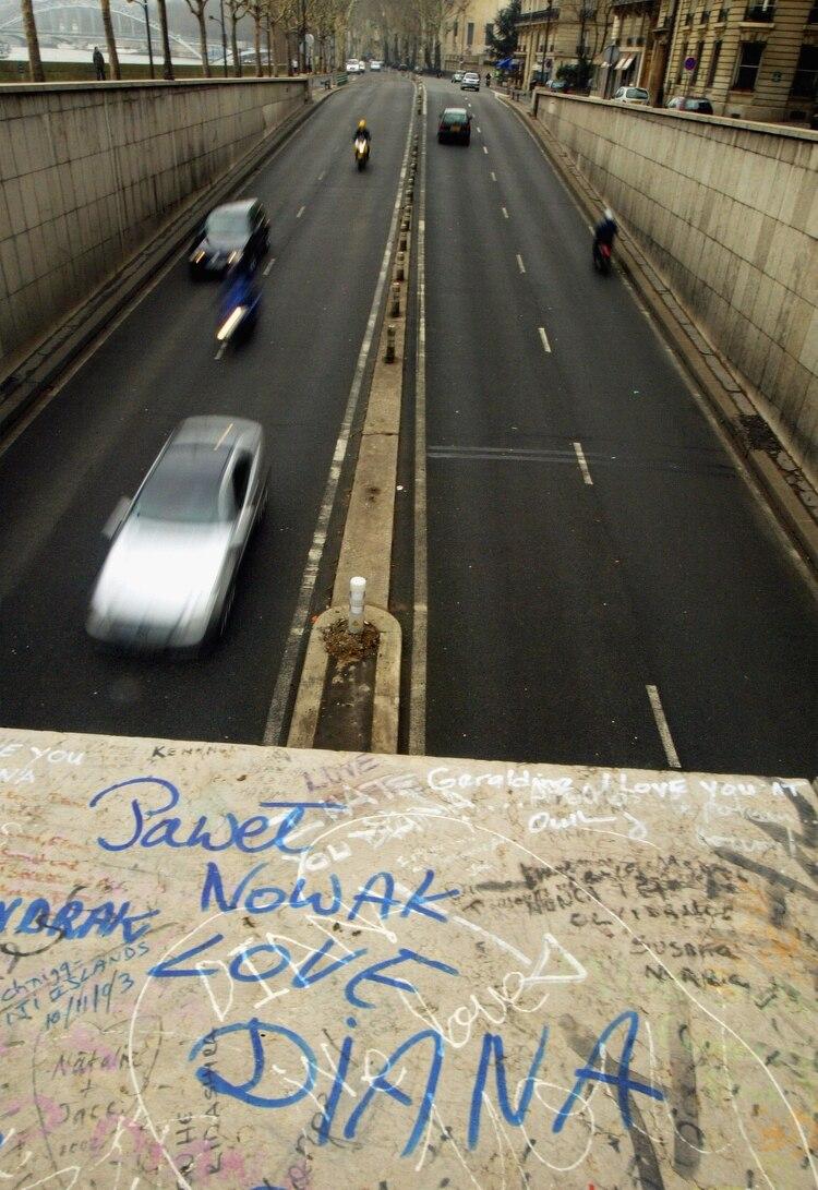 Los mensajes de amor de los admiradores de Lady Di en el Puente del Alma en París