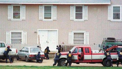 Agentes del Departamento de Alcohol, Tabaco y Armas de Fuego (ATF) en el tiroteo del 28 de febrero (AP Photo/ Waco Tribune Herald, Rod Aydelotte, File)