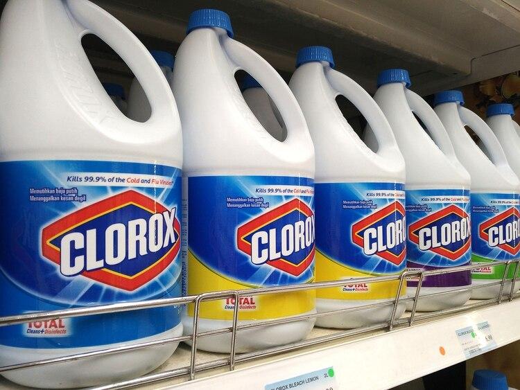 La OMS recomienda tres desinfectantes: lavandina, alcohol y agua oxigenada (Shutterstock)