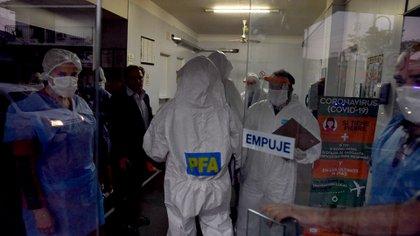 El operativo de clausura de la clínica ubicada en Gervasio Méndez 3968, Villa Adelina, en el partido de Vicente López el 17 de abril pasado (Franco Fafasuli)