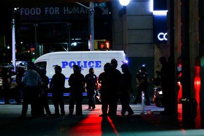 La policía de Nueva York detiene a manifestantes por violar el toque de queda durante las manifestaciones en reacción a la muerte de George Floyd en el distrito de Manhattan de la ciudad de Nueva York, EEUU, el 2 de junio de 2020. REUTERS/Eduardo Muñoz