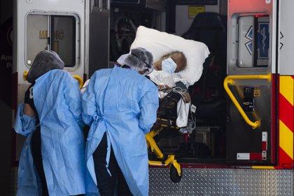 Este balance a las 20.00 hora local (00.00 GMT del lunes) es de 311 muertes más que el sábado y de 30.638 nuevas infecciones. EFE/EPA/Michael Reynolds/Archivo