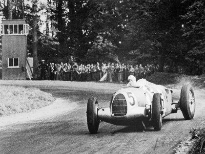 Bernd Rosemeyer sobre un Type C, en Donington, donde ganó en 1937.