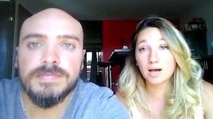 El matrimonio pasa los días encerrado en el departamento alquilado y dando cursos online a médicos