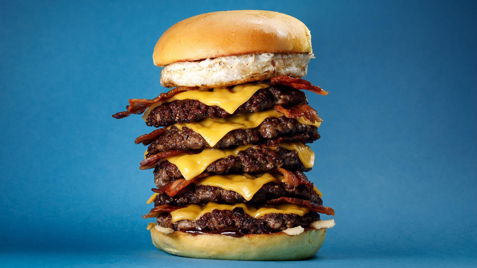 """La """"quintufuerza"""" la famosa con cinco medallones de carne y cinco queso cheddar y 10 tiras de bacon"""