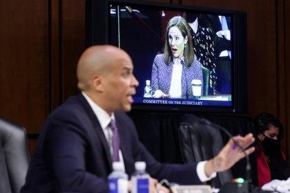 La jueza Amy Coney Barrett, nominada a la Corte Suprema de Estados Unidos, es vista en un monitor de televisión mientras el senador Cory Booker (D-NJ) habla en el tercer día de su audiencia de confirmación del Comité Judicial del Senado de los Estados Unidos para el juez Barrett en Capitol Hill en Washington. REUTERS/Jonathan Ernst/Pool