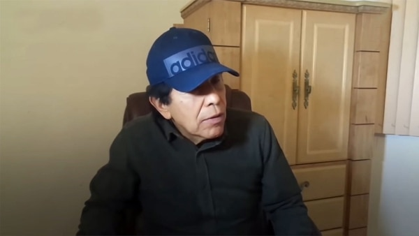 Rafael Caro Quintero,c cuando dio un reportaje de TV en las montañas de Sinaloa hace pocos años. El narco mexicano figura en la lista del Top 10 del FBI y se ofrece una recompensa de 20 millones de dólares para quien ayude a atraparlo.