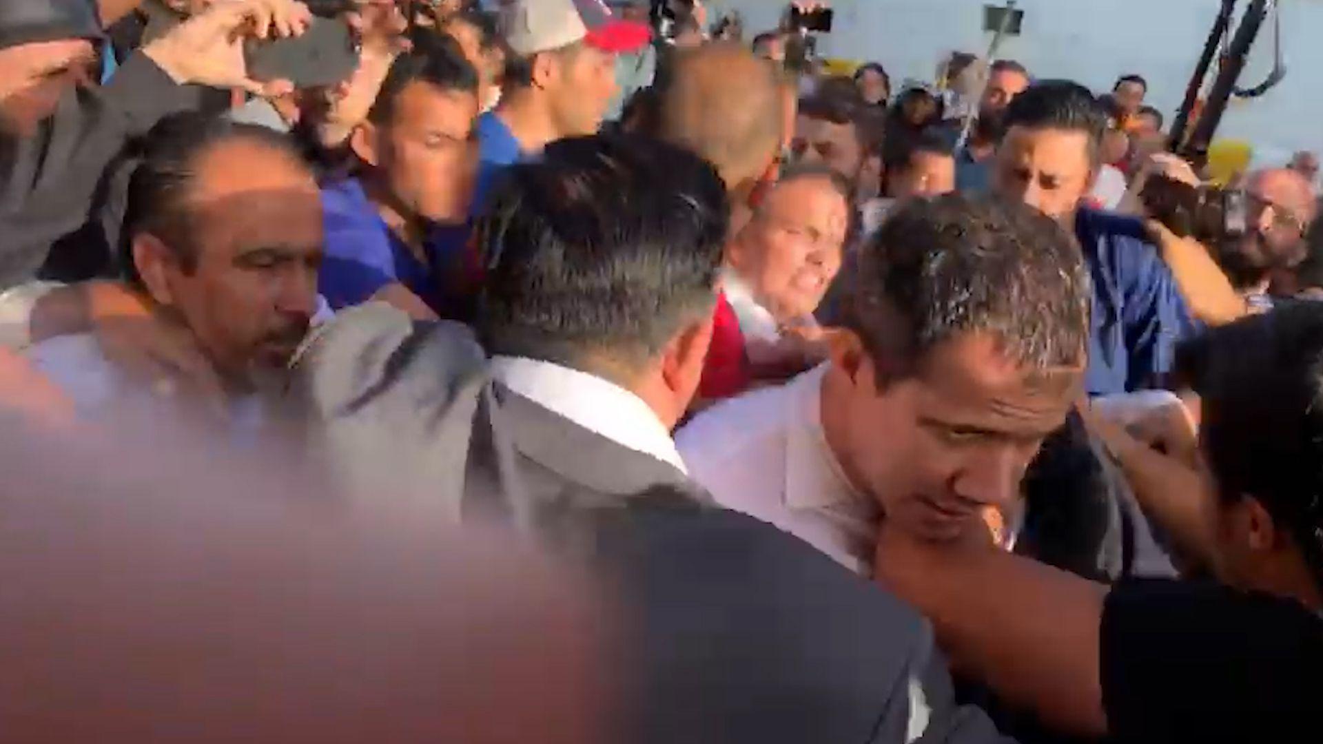 Guaidó, tratando de salir del aeropuerto en medio de las agresiones
