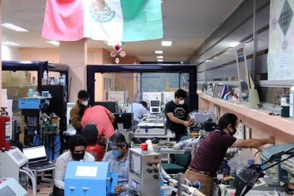 Ingenieros del Instituto Nacional de Ciencias Médicas y Nutrición Salvador Zubirán, trabajan en la fabricación del ventilador VSZ-20 (Foto: EFE/ José Pazos)