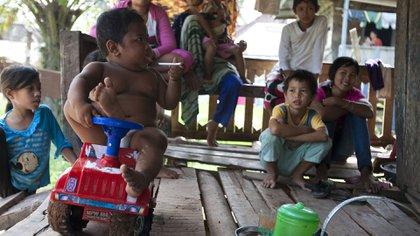 Ardi Rizal en 2010. Tenía dos años y era famoso por dejarse fotografiar mientras fumaba. A los ocho años abandonó el vicio y luchó contra la obesidad (The Grosby Group)