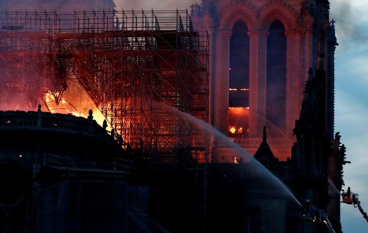 Cayó la noche en París y los bomberos continúan enfrentando las llamas (Fotos de AFP y REUTERS)