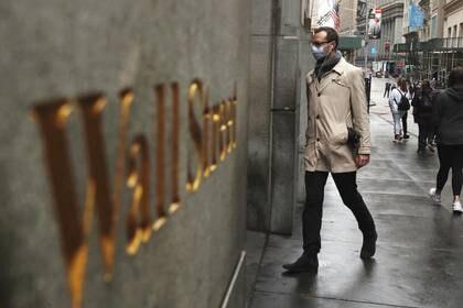 Hombre con mascarilla caminando por Wall Street, Nueva York, EEUU, 13 marzo 2020. REUTERS/Lucas Jackson/FOTO DE ARCHIVO