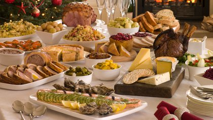 Varias entradas y platos calóricos, más postre y mesa de dulces es una bomba calórica para una sola noche (Getty)