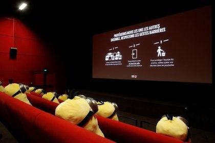 Peluches de los minions en una sala de cine de la cadena MK2 en París en medio de la pandemia de coronavirus (REUTERS)
