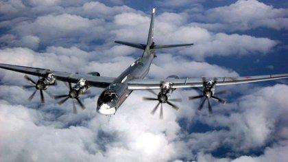 Es difícil determinar si es la fuerza aérea rusa o la siria, ambas operando en el país con el mismo equipo y tácticas, la que lanza estas poderosas armas. En la foto un bombardero ruso TU-95 (AP)