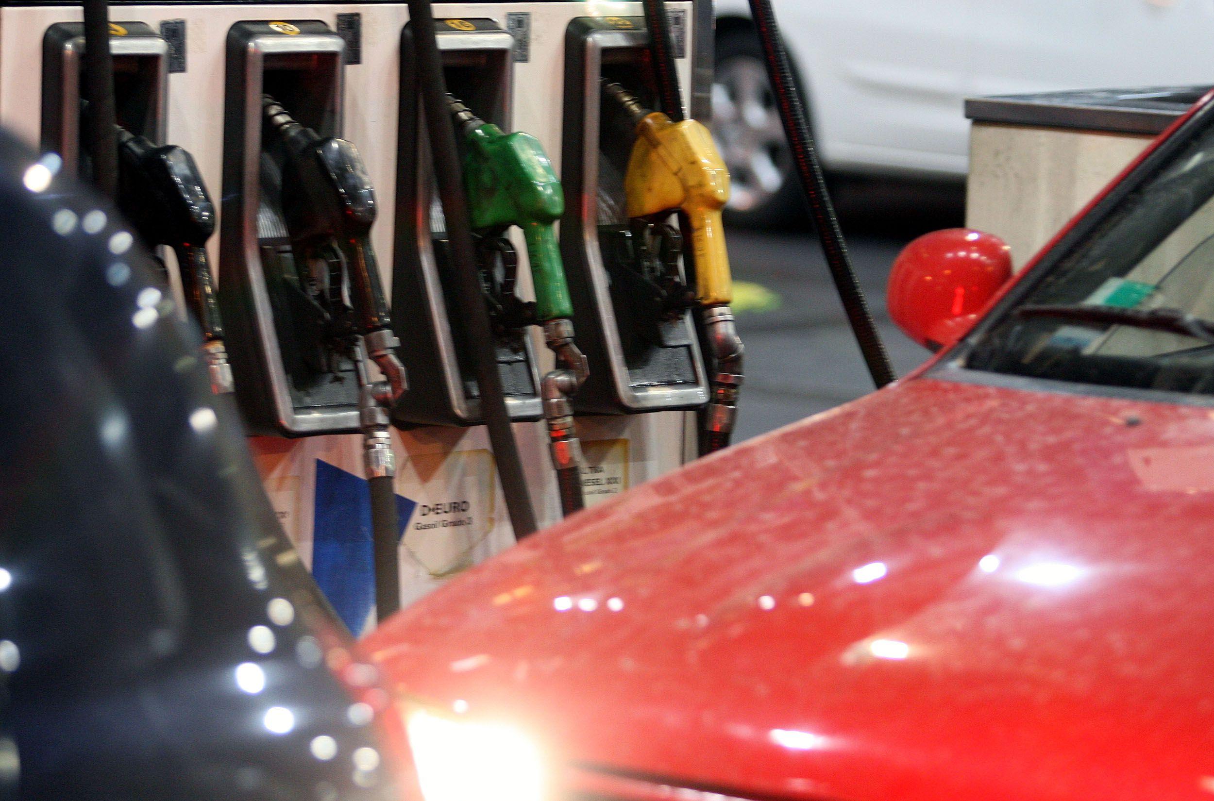 Los estacioneros de servicio dicen que ni siquiera podrán pagar el aguinaldo en dos cuotas, como acordó Carlos Acuña con un sector del rubro. Las ventas afectaron al 80% de los comercios del sector. DyN 162
