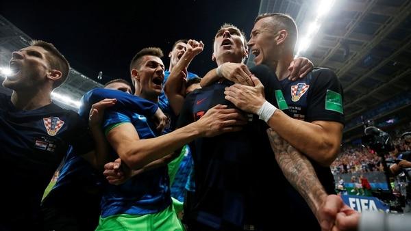 Soccer Football – World Cup – Semi Final – Croatia v England – Luzhniki Stadium, Moscow, Russia – July 11, 2018 Croatia's Mario Mandzukic celebrates scoring their second goal with teammates REUTERS/Carl Recine