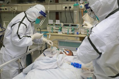 Personal médico en trajes protectores trata a un paciente con neumonía causada por el nuevo coronavirus en el Hospital Zhongnan de la Universidad de Wuhan, en Wuhan, provincia de Hubei, China, en enero último, cuando el brote ya se había descontrolado (Reuters)