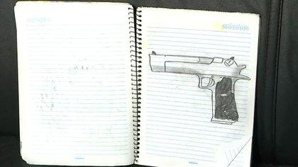 En los cuadernos hay dibujos de armas. En este caso, una IMI Desert Eagle, una de las favoritas de los videojuegosque utilizaban los asesinos