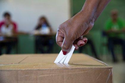 Los datos preliminares difundidos el jueves indican que el Partido Nacional Democrático (PND), del presidente Desi Bouterse, habría obtenido 16 escaños en las elecciones, del total de 51 en juego de la Asamblea Nacional. EFE/Orlando Barría/Archivo