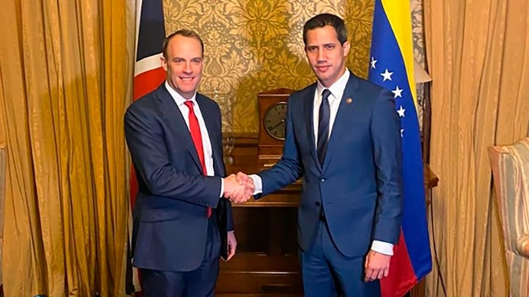 El canciller británico Dominic Raab y el presidente interino de Venezuela Juan Guaidó