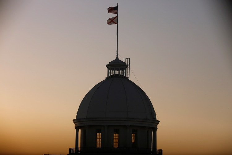 Alabama aprobó la ley antiaborto más estricta de EEUU: hasta 99 años de prisión a los médicos y ninguna excepción por violación o incesto