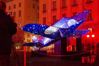 Las luces y los diseños son obra de artistas lugareños que se preparan todos los años para este increíble momento (Reuters)