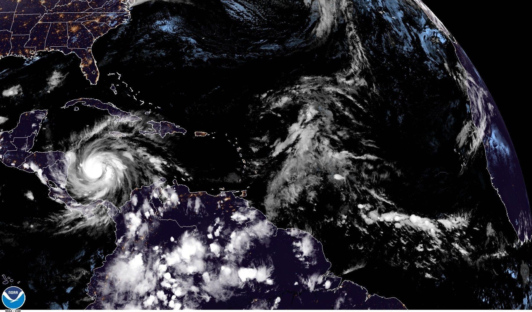 En su boletín de las 15.00 GMT, el NHC informó que el huracán presenta vientos máximos sostenidos de 260 kilómetros por hora (160 m/h) en su ruta hacia el noreste de Nicaragua y el este de Honduras, que están bajo aviso de huracán y donde se espera toque tierra esta noche. EFE/ NOAA-NHC