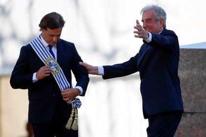 El flamante presidente de Uruguay, Luis Lacalle Pou, recibiendo la banda presidencial de parte de Tabaré Vázquez, en Montevideo, Uruguay. REUTERS/Mariana Greif