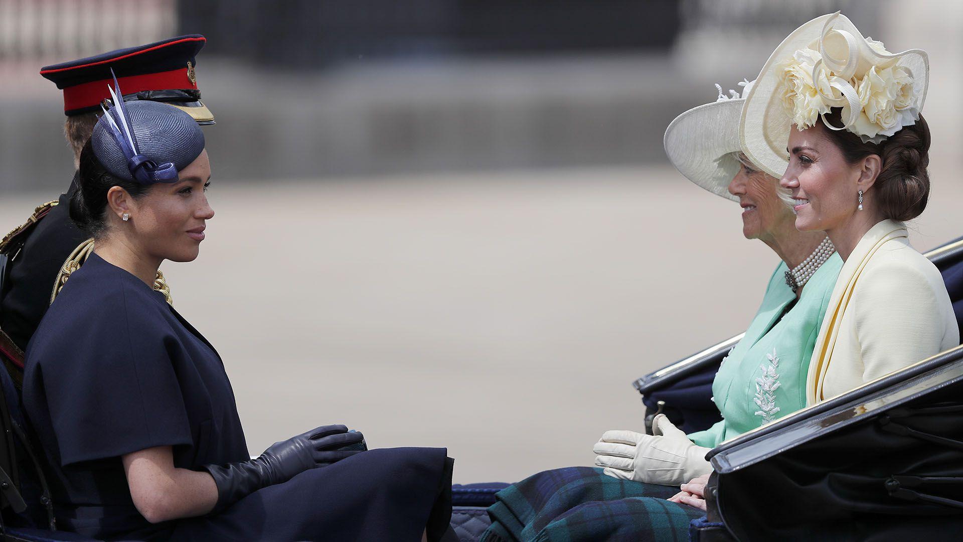 Con años de experiencia en la corona, Kate Middleton intentó tranquilizar a Meghan Markle sobre el escrutinio de la prensa (AP Photo/Frank Augstein)