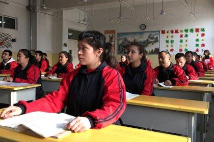 Un grupo de personas asistiendo a instrucción en un centro de detención en Xinjiang (REUTERS/Ben Blanchard)