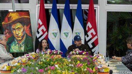 """Daniel Ortega en su última comparecencia pública, el 18 de mayo pasado. Felicitó a """"ese ejército de médicos y enfermeras, de trabajadores de la salud, que todos los días están atendiendo pacientes"""". (Foto tomada de El 19 Digital)"""