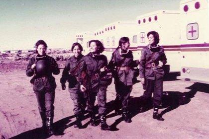 Parte del grupo de enfermeras que trabajó en el hospital móvil en Comodoro Rivadavia. Reynoso es la cuarta  desde  la izquierda.