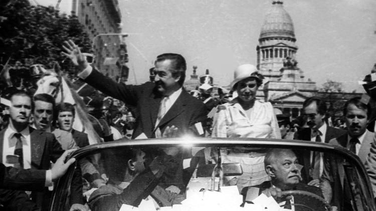 Asunción de Raúl Alfonsín y el radicalismo en su momento de gloria.