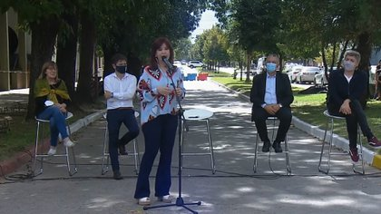 Del acto también participaron el gobernador bonaerense Axel Kicillof; el diputado Máximo Kirchner; el intendente de Las Flores, Alberto Gelené; y Gladys D'Alessandro, referente de la Comisión de Familiares y Amigos de los Desaparecidos y Víctimas del Terrorismo de Estado de la ciudad bonaerense