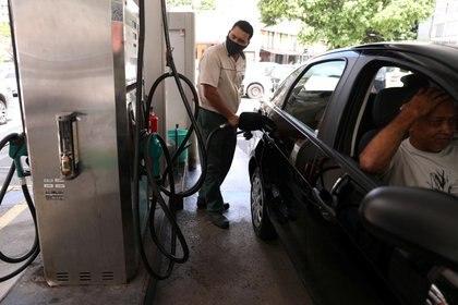 Foto de referencia: Un trabajador echa gasolina a un coche en Río de Janeiro, Brasil, el 10 de marzo de 2021 (REUTERS/Pilar Olivares)