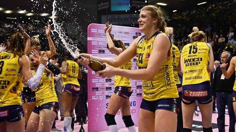 Las jugadoras del Imoco Volley también hicieron la clásica celebración con champagne (@imocovolley)