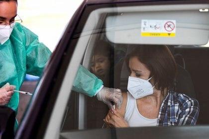 Foto ilustrativa del lunes de una mujer recibiendo la vacuna de AstraZeneca contra el coronavirus en un centro de vacunación en Milán.  Mar 15, 2021. REUTERS/Flavio Lo Scalzo