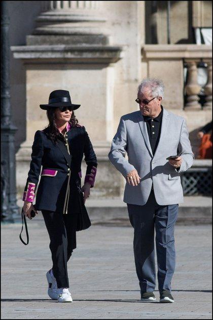 "Con su papá,David Jones yendo delLouvre alrestaurante ""Les Deux Magots""."