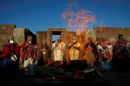 El presidente electo de Bolivia, Luis Arce, y el vicepresidente electo, David Choquehuanca, participan en una ceremonia indígena en el antiguo sitio de Tiwanaku el 6 de noviembre de 2020.  (REUTERS)